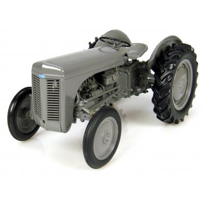 Universal Hobbies UH2690 MASSEY FERGUSON TEA 20 Tractor 1947 Little Grey Fergie 1:16